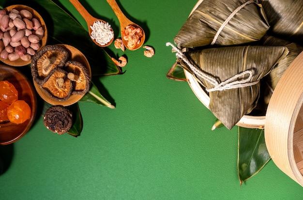 아시아 중국 수제 zongzi의 상위 뷰-드래곤 보트 축제를위한 쌀 만두 음식