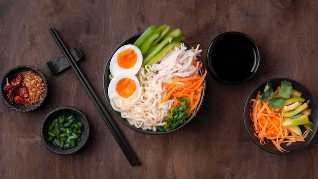 卵とサラダとアジア料理の上面図