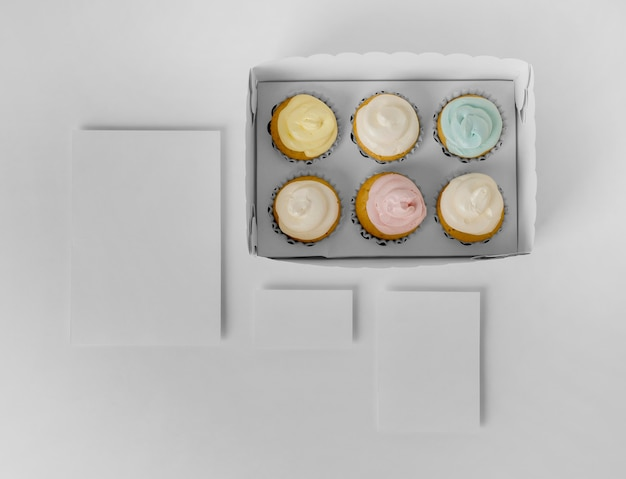 Вид сверху ассортимента кексов в упаковочной коробке