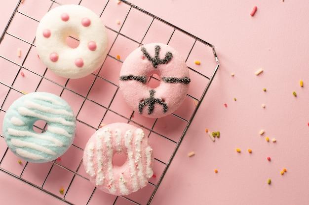 Вид сверху на ассортимент пончиков с глазурью и брызгает
