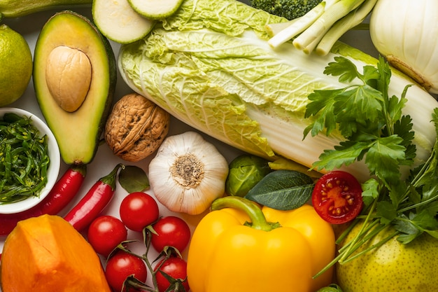 Вид сверху на ассортимент свежих овощей