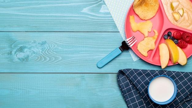 果物と離乳食の品揃えのコピースペースのトップビュー