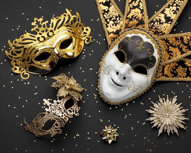 Вид сверху на ассортимент масок для карнавала с блестками