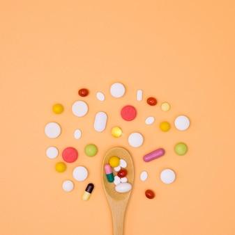 Вид сверху ассортимента таблетки с ложкой
