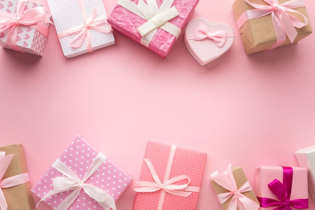 Вид сверху на ассортимент розовых подарков