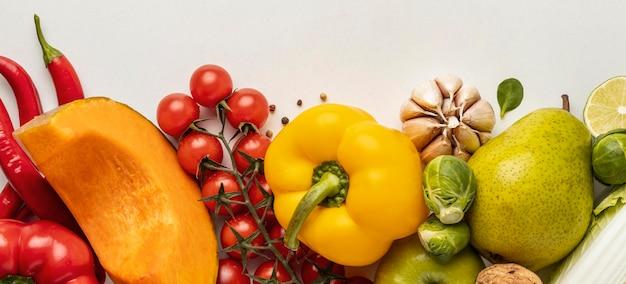 Вид сверху на ассортимент овощей