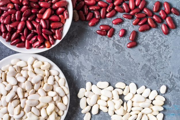 灰色の背景上の白と赤の豆の品揃えの平面図です。