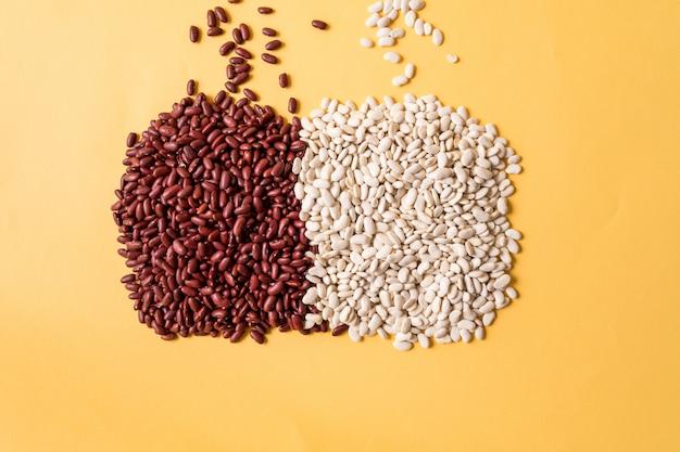 黄色の背景に白と赤の豆の品揃えの平面図です。