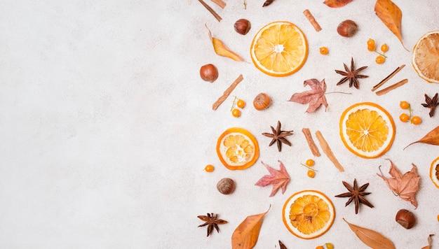 柑橘類とコピースペースを持つ秋の要素のトップビュー
