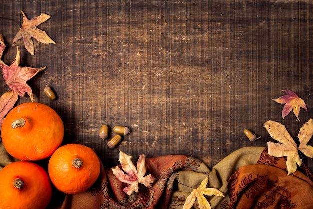 葉とコピースペースを持つ秋の要素のトップビュー