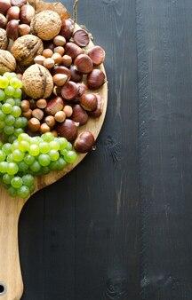 Вид сверху осенних фруктов на разделочной доске