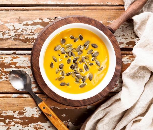 種と秋のスカッシュスープのトップビュー