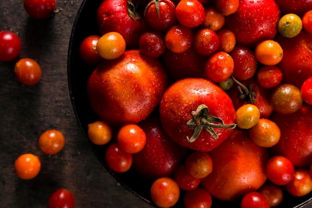 Вид сверху осенних помидоров на столе