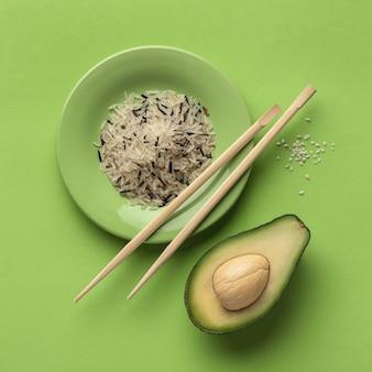 Вид сверху авокадо с тарелкой риса