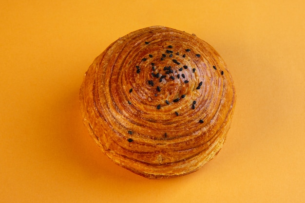 Вид сверху азербайджанской национальной выпечки шор гогал, изолированных на желтом