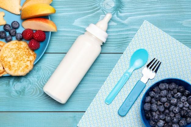 ブルーベリーと食品の哺乳瓶のトップビュー