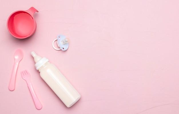 Вид сверху детской бутылочки с соской и копией пространства