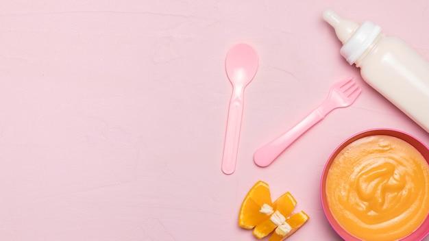 哺乳瓶とコピースペースと離乳食のトップビュー