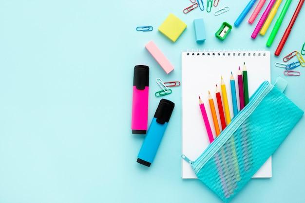 Вид сверху обратно в школу канцелярских товаров с красочными карандашами и копией пространства