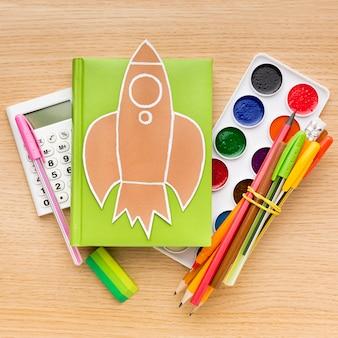 Вид сверху обратно в школу с карандашами и книгой