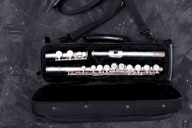Вид сверху на сумку для флейты