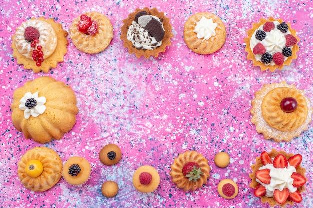 焼きたてのおいしいケーキとクリームとさまざまなベリーのライト、ケーキビスケットベリーの甘い焼き茶の上面図