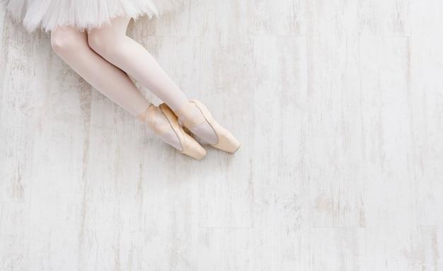 トウシューズのバレリーナの足のトップビュー