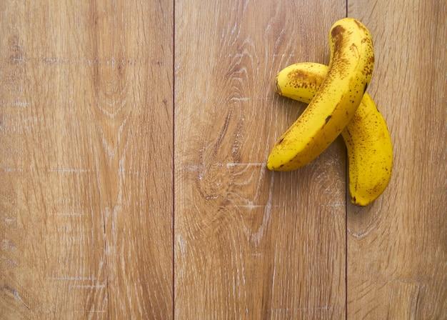 木製の背景にバナナの上面図