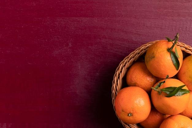 Вид сверху корзины мандаринов на китайский новый год