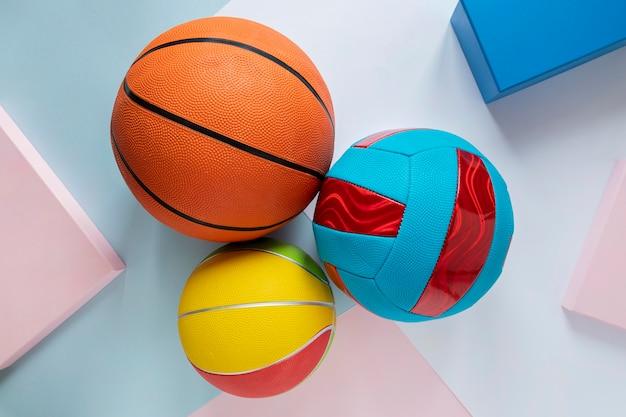 Вид сверху баскетбольных мячей с футболом