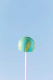 Вид сверху бомба на синем фоне с копией пространства