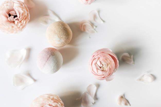 밝은 배경에 목욕 폭탄과 부드러운 꽃의 상위 뷰
