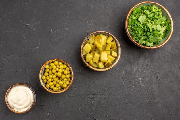 어두운 표면에 콩과 채소의 다른 샐러드 재료의 상위 뷰 무료 사진