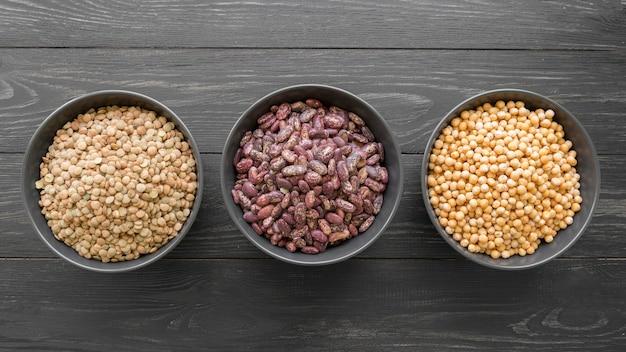 木製のテーブルに豆の配置のトップビュー