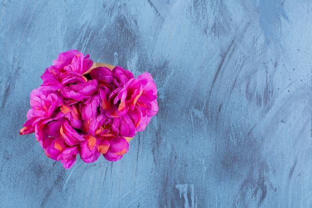 Вид сверху красивый букет из свежих фиолетовых цветов.