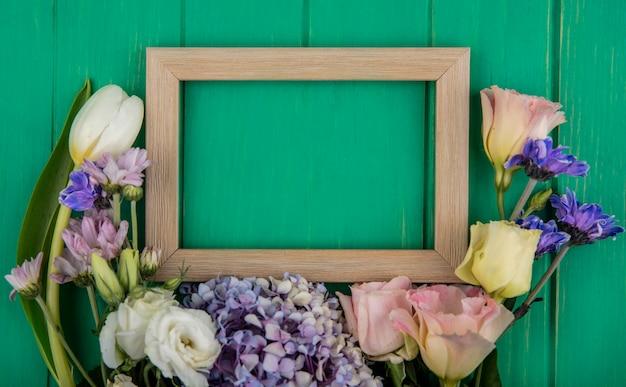 コピースペースと緑の木製の背景にgardenziaデイジーローズのような美しいカラフルな花の上面図