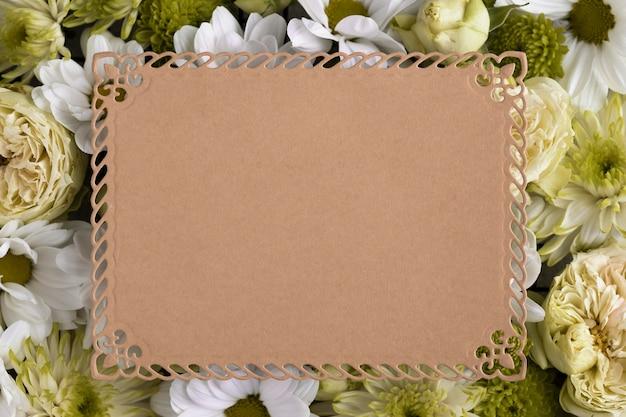 빈 카드와 함께 아름 다운 꽃의 상위 뷰