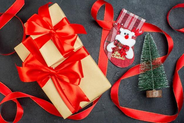Вид сверху красивых подарков рождественской елки носок на темном фоне