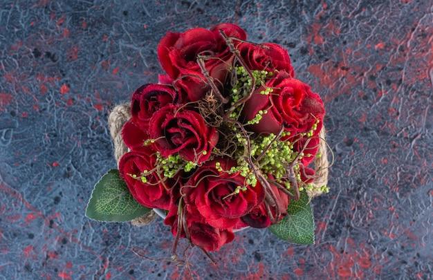 Вид сверху красивых красных роз на мраморе