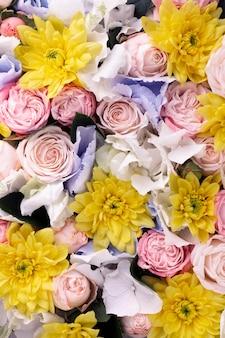 Вид сверху красиво распустившейся смеси цветов