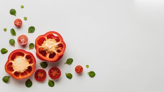 Вид сверху болгарского перца с помидорами и копией пространства