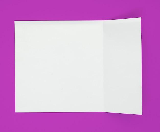 Вид сверху гнутого листа бумаги