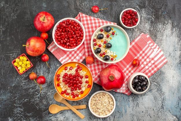 テーブルクロス上のオートミールベリーりんごキャンディーのベリーボウルの上面図