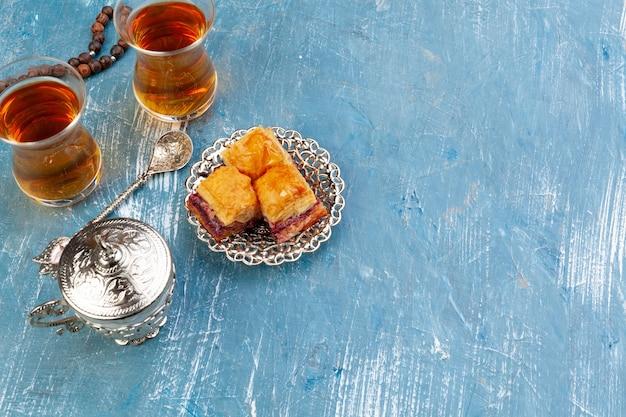 板張りの木製テーブルにトルコのバクラヴァと大きな金属トレイの上面図