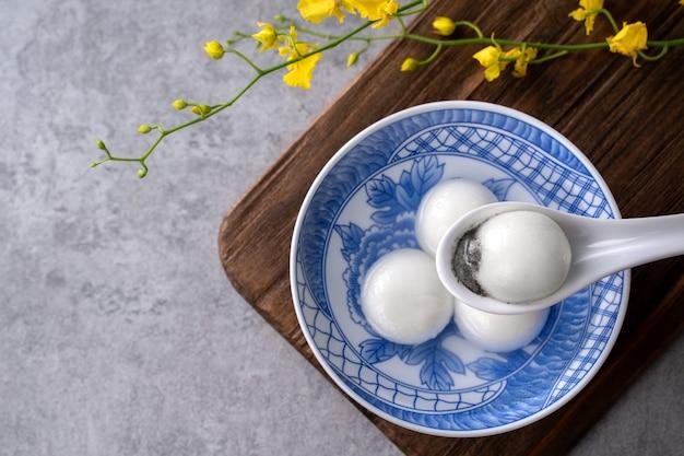 旧正月の祭りの食べ物のための大きな湯円元暁(もち米団子)の上面図、金貨の言葉はそれが作った王朝の名前を意味します。