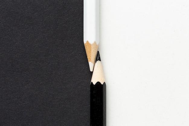 검은 색과 흰색 연필의 상위 뷰