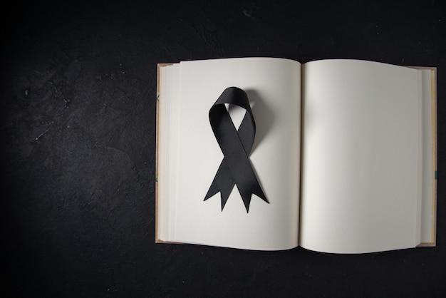 어두운 벽에 펼친 책 안에 검은 나비의 상위 뷰
