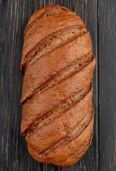 木製のテーブルに黒のパンのトップビュー