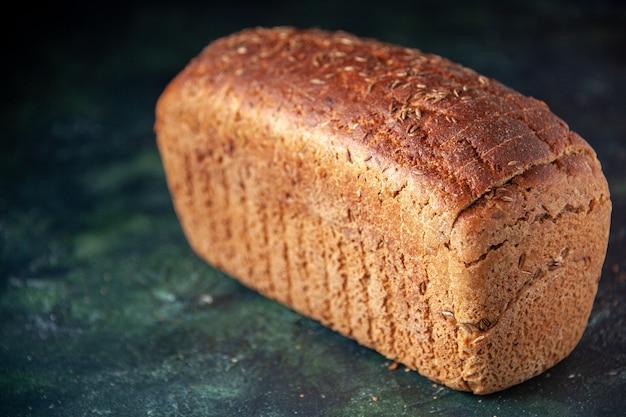 自由空間と混合色の苦しめられた背景の上の黒いパンのスライスの上面図