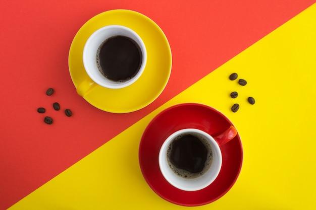 コーヒー豆とカップでブラックコーヒーのトップビュー